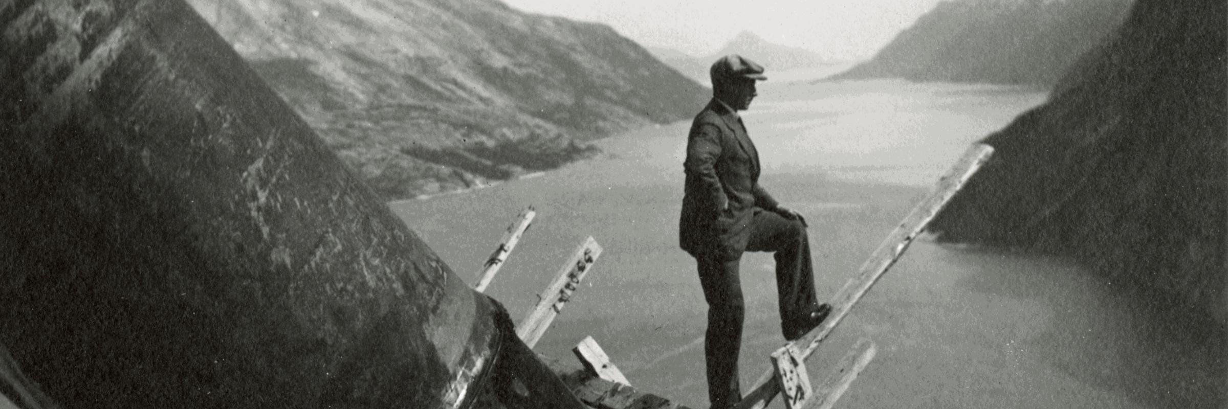 Svartvitt foto av man vid fjord
