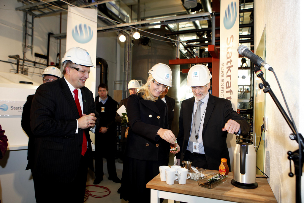 Mette Marit having tea at the opening ceremony of Tofte osmotic power plant